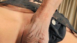 Mature transsexuelle déboîte l'anus de son invité