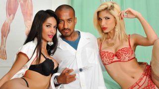 Deux infirmières transsexuelles s'offrent le fion du toubib