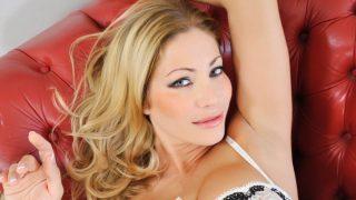 Une transsexuelle baise sa coloc sur le canapé